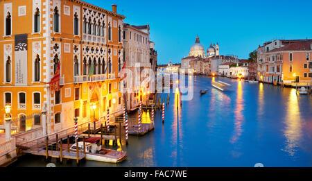 Soirée au Grand Canal (Canal Grande) , basilique Santa Maria della Salute, Venise, Vénétie, Italie Banque D'Images