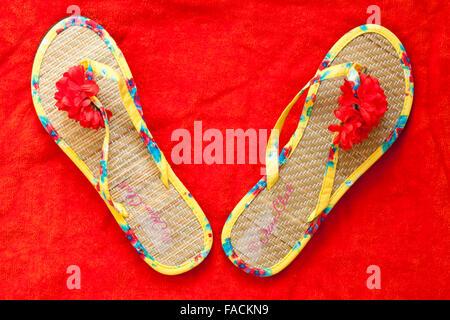 Paire de chaussures tongs Ocean Club sur une serviette orange Banque D'Images