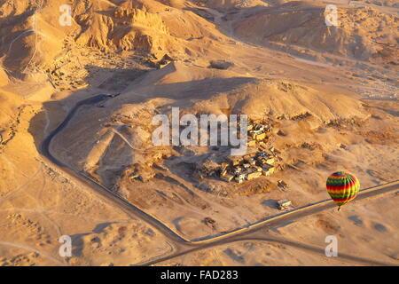 Égypte - vols en montgolfière sur la rive ouest du Nil, paysage de montagnes Banque D'Images