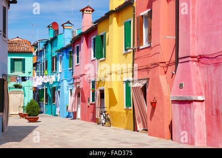 Maisons colorées typiques dans le village de Burano près de Venise en Italie (Burano Lagoon Island), l'UNESCO Banque D'Images