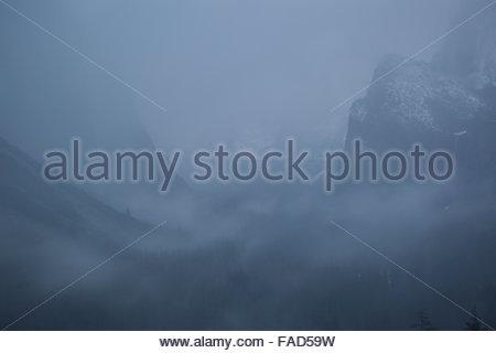 Vue de tunnel dans la tempête de décembre, Yosemite National Park, Californie