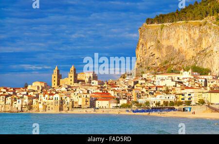 Vue sur la vieille ville avec la cathédrale et la Rocca hill, Cefalù, Sicile, Italie Banque D'Images