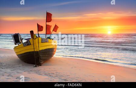 Bateau de pêche sur la plage, à l'heure du coucher du soleil, de la mer Baltique occidentale, Pologne Banque D'Images