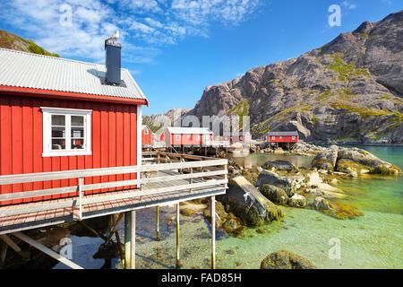 Rouge traditionnel de cabanes de pêcheurs, l'île de Lofoten rorbu, Norvège Banque D'Images