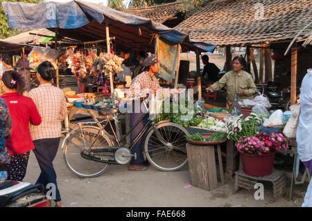 Homme birman avec un vélo d'acheter des légumes sur un marché de rue en début de matinée. Shwe Kyet pourtant, Région Banque D'Images
