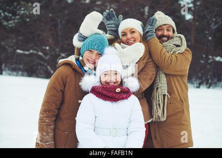 Famille heureuse de passer du temps ensemble à l'extérieur Banque D'Images