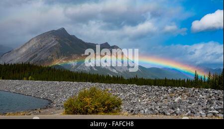 Vue panoramique sur la montagne Arc-en-ciel sur le lac Kananaskis Alberta Canada pour l'été