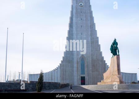 Église Hallgrims par Guðjón Samúelsson Architecte, Leif Erikson statue devant est une particularité importante de Banque D'Images