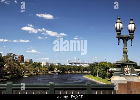 La Rivière Yarra et Melbourne Cricket Ground, au centre-ville de Melbourne, Victoria, Australie, sur une journée ensoleillée.