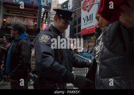 New York, NY, USA. 31 Dec, 2015. Le NYPD déployer 6 000 policiers à Times Square le soir du Réveillon, y compris Banque D'Images