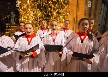 La Cathédrale d'Ely Girls' Choir répétition pour ce week-end concert de Noël. Banque D'Images