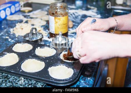 Faire de petits pâtés d'ajouter la viande hachée à la cuisson en cas de pâtisserie cuisson cuisine Banque D'Images