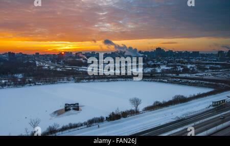 Tôt le matin, le golden sun s'élève au-dessus d'Ottawa et Gatineau. Banque D'Images