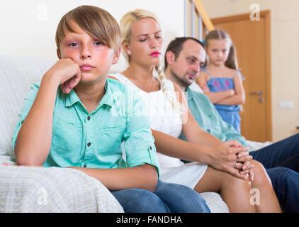 Triste fatigué les parents et deux enfants à bad conflits à la maison Banque D'Images