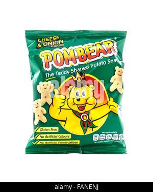 Sachet de pomme de terre Pom-Bear en-cas sur un fond blanc Banque D'Images