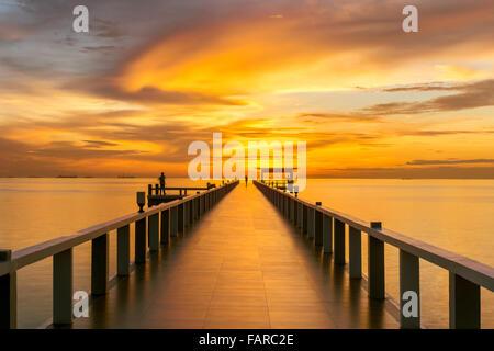 L'été, les voyages, vacances et Maison de Vacances - concept jetée en bois entre le coucher du soleil à Phuket, Thaïlande