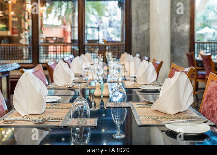 Ensemble de salle à manger à table dans le restaurant de l'hôtel Banque D'Images