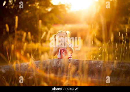 Petite fille jouant dans le soleil Banque D'Images