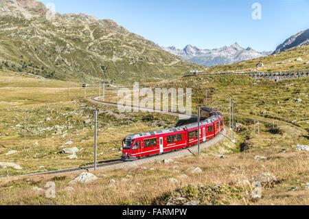 Train alpin dans un paysage de montagne à Lago Bianco, col de Bernina, Grisons, Suisse en été