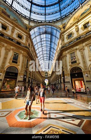 MILAN, ITALIE - 29 août 2015: Magasin de luxe dans la Galleria Vittorio Emanuele II shopping mall à Milan, avec Banque D'Images