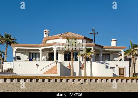 Spéculateur typique construit spec maison individuelle villa avec véranda et patio planté de palmiers sur la plage Banque D'Images
