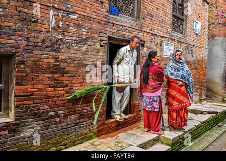 Groupe de personnes de discuter dans la rue de Katmandou Banque D'Images
