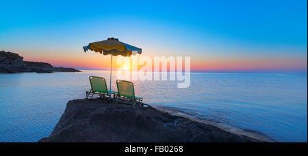 Lever du soleil sur la baie de Kalithea dans l'île de Rhodes, Grèce Banque D'Images