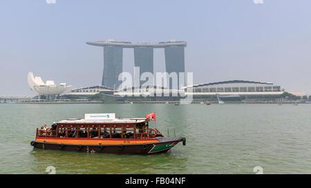 Un voyage traditionnel croisières à Marina Bay, avec le Marina Bay Sands Hotel en arrière-plan, Singapour Banque D'Images