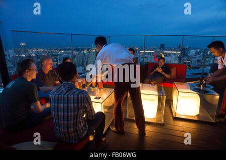 Ciel rouge sur le toit Restaurant. Bangkok. La Thaïlande. Au dernier étage de l'Centara Grand gratte-ciel du centre Banque D'Images