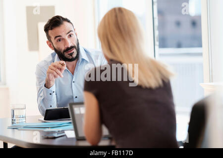 Man and Woman talking in office Banque D'Images