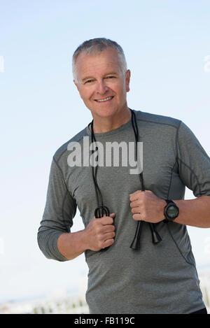 Portrait de l'homme dans les vêtements de sport avec corde Banque D'Images