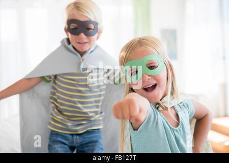 Boy (4-5) et (6-7) portant des masques
