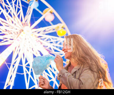 Woman holding Cotton Candy at fête foraine Banque D'Images