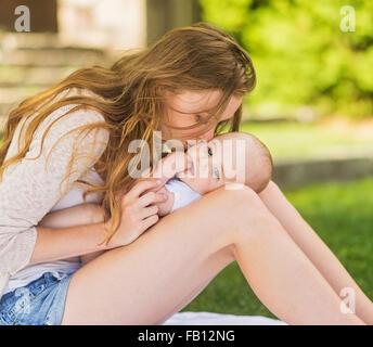 Mère embrassant bébé (6-11 mois) Banque D'Images