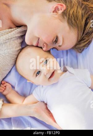 Mère couchée avec bébé garçon (6-11 mois) Banque D'Images