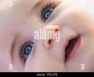 La fermeture du baby boy (6-11 months) smiling face Banque D'Images