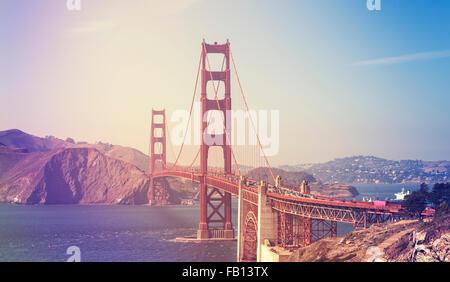 Retro photo stylisée du Golden Gate Bridge à San Francisco, USA. Banque D'Images