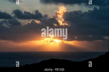 La baie de Langland, Swansea, Pays de Galles, Royaume-Uni. 7 janvier, 2015. 7 janvier 2016 - Le soleil se couche sur le canal de Bristol à Langland Bay près de Swansea à la fin d'un après-midi ensoleillé. Credit: Phil Rees/Alamy Live News