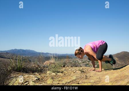 Young woman poser sur le haut de la colline Banque D'Images