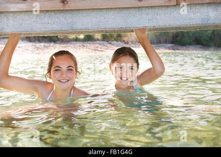 Portrait de deux jeunes filles en la maintenant sur la mer pier Banque D'Images