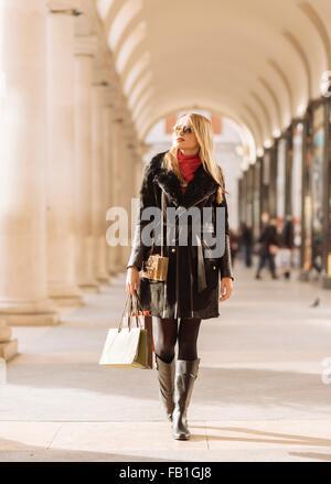 Élégant young woman carrying shopping bags, Covent Garden, Londres, UK Banque D'Images