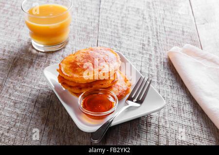 Beignets Crêpes avec sirop d'hôtes carotte Banque D'Images