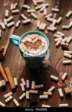 Sex cacao avec de la guimauve en forme de coeur sur table en bois Banque D'Images
