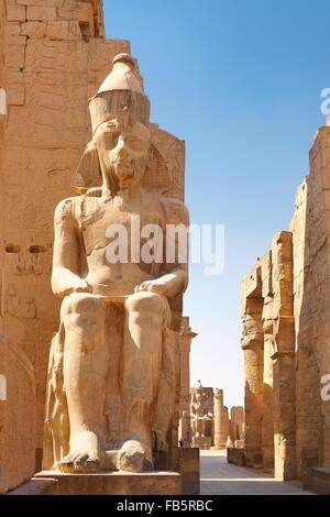 Luxor - Le pharaon Ramsès II statue dans le temple de Louxor, Egypte Banque D'Images