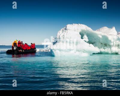 L'antarctique, mer de Weddell, les passagers des navires de croisière antarctique affichage gros iceberg de zodiac Banque D'Images