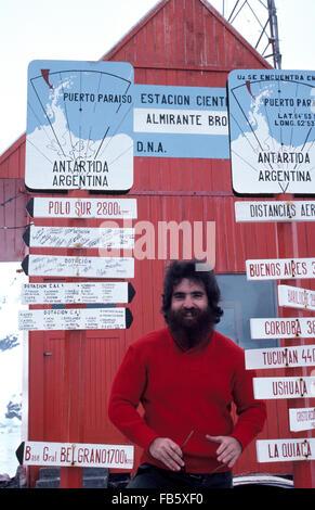 Une expédition scientifique barbu se félicite de l'Antarctique les visiteurs de la station de recherche Argentine Banque D'Images