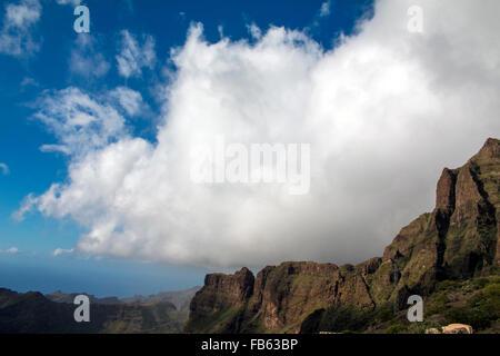 Silhouettes de montagne au jour de pluie sur Tenerife, Canaries, Espagne Banque D'Images