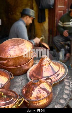 Médina de Fès. Des ateliers de métallurgistes dans la localité el Seffarine. Le Maroc, l'Afrique Banque D'Images