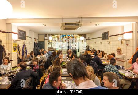 Bruxelles Restaurant Le pré salé intérieur avec des personnes qui mangent des frites moules frites moules frites et autres aliments traditionnels belges