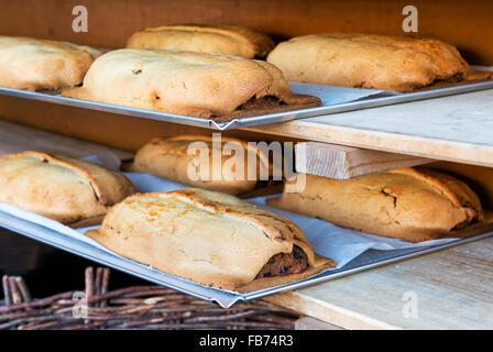 Apple strudel traditionnels fraîchement préparés dans des cas de pâtisserie sur l'affichage sur des plateaux sur Banque D'Images